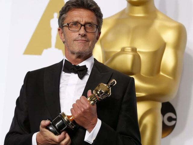 Director Pawel Pawlikowski holds his Oscar for best foreign language film for «Ida,» during the 87th Academy Awards in Hollywood, California