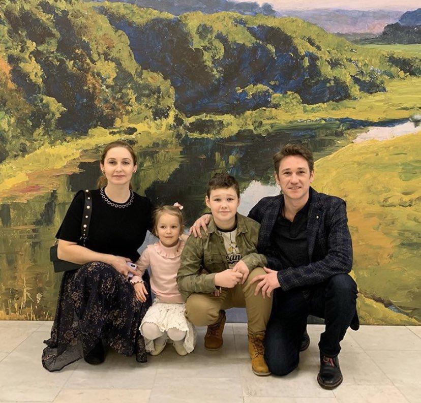 Антон шагин с женой и детьми фото
